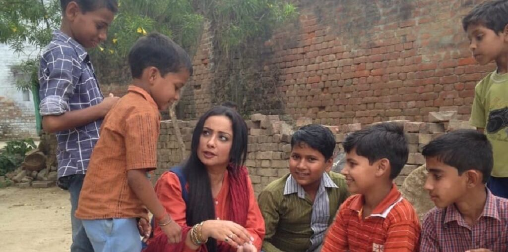 Divya Dutta Playing with the Kids On The Streets