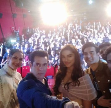 Salman selfe with Fans and co stars of Dabangg 3