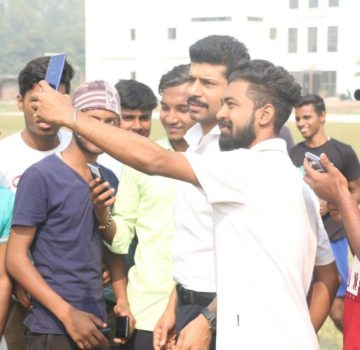 Video of Viineet Kumar playing cricket with students in Lucknow (2)