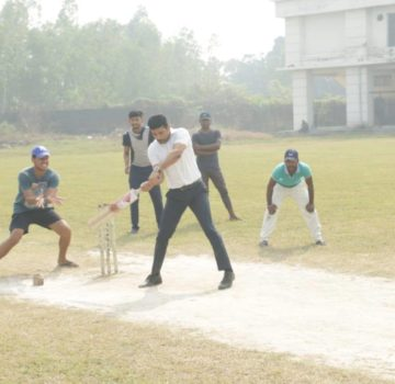 Video of Viineet Kumar playing cricket with students in Lucknow